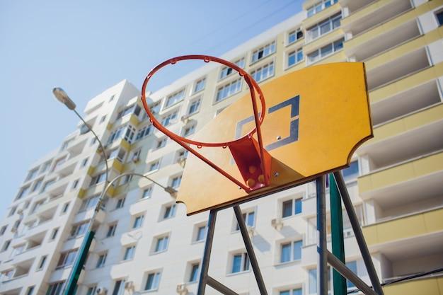 Basketbalring met bord in woonwijk voor straatbasketbalspel