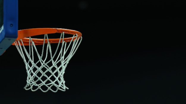 Basketbalring op een donkere achtergrond in een sportcomplex
