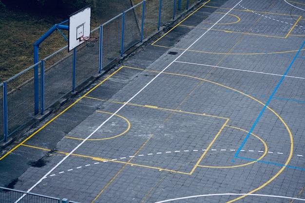 Basketbalring, straatmand in de stad van bilbao, spanje