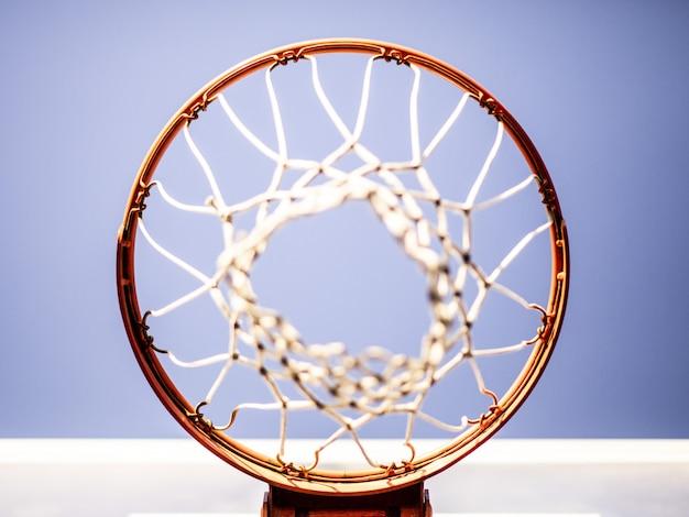 Basketbalring van hierboven wordt geschoten die