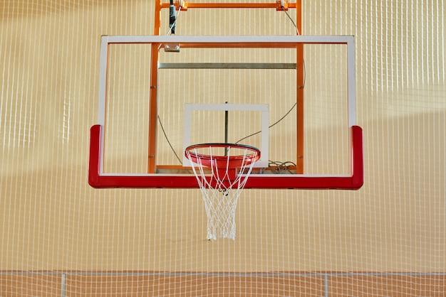 Basketbalrugplank in gymnastiek
