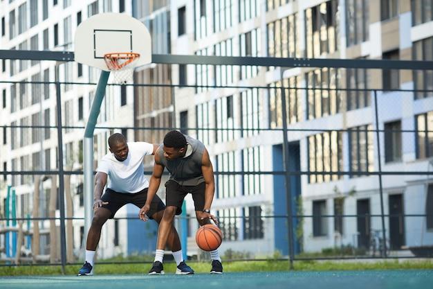Basketbalspel outdors