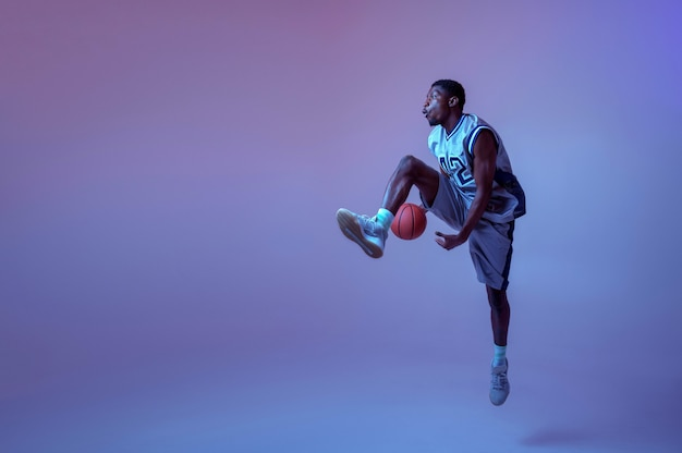 Basketbalspeler die met bal oefent. professionele mannelijke baller in sportkleding die sportspel speelt, sportman
