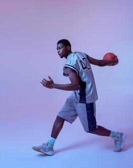 Basketbalspeler die met bal oefent. professionele mannelijke baller in sportkleding die sportspel speelt.