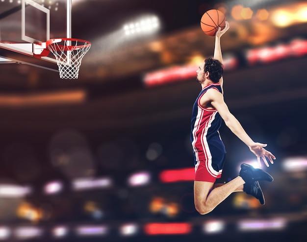 Basketbalspeler gaat op een slam dunk naar de basket