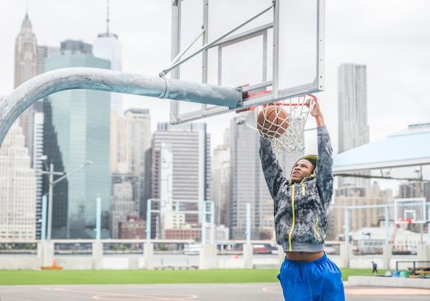Basketbalspeler maakt een slam dunk