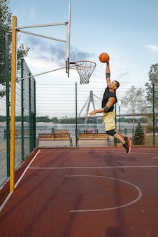 Basketbalspeler maakt shoot in jump