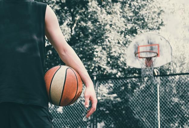 Basketbalspeler met bal. afgezwakt.
