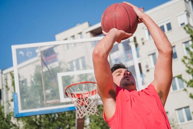 Basketbalspeler op stedelijk hof
