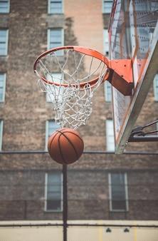 Basketbalspeler opleiding op een hof in de stad van new york