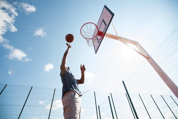 Basketbalspeler springen in de rechtbank