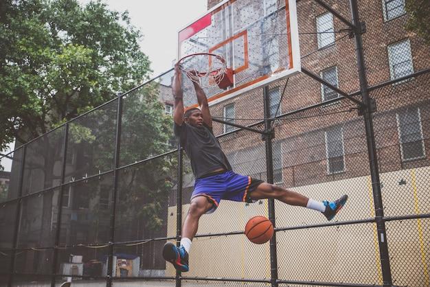 Basketbalspeler training op het veld