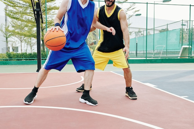 Basketbalspelers trainen buiten