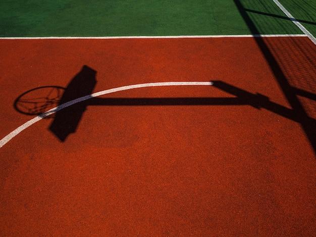 Basketbalveld. felle zon en dichte schaduwen op basketbalveld