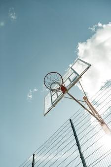 Basketbalveld. kleine mand die boven het basketbalveld hangt