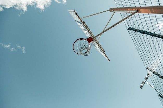 Basketbalveld. lage hoek van een lege basketbalmand op het basketbalveld