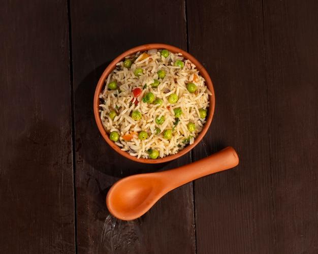 Basmatirijstpilaf of pulav met erwten en groenten