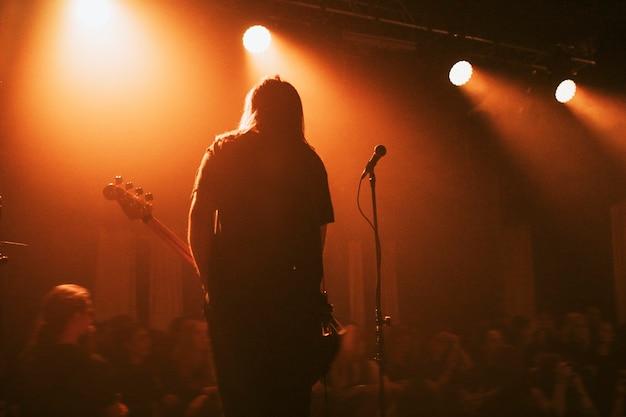 Bassist speelt op het podium