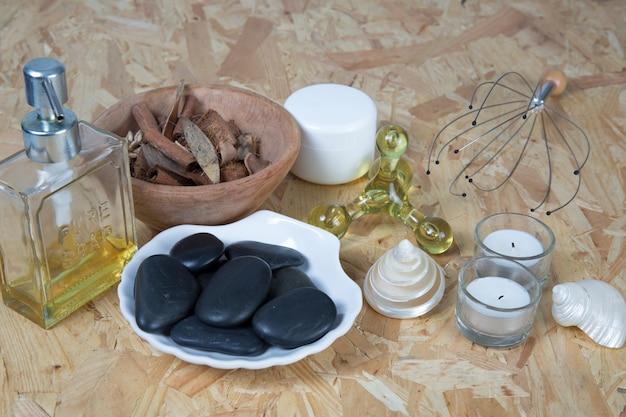 Bath spa massagekit over houten achtergrond wordt geïsoleerd die