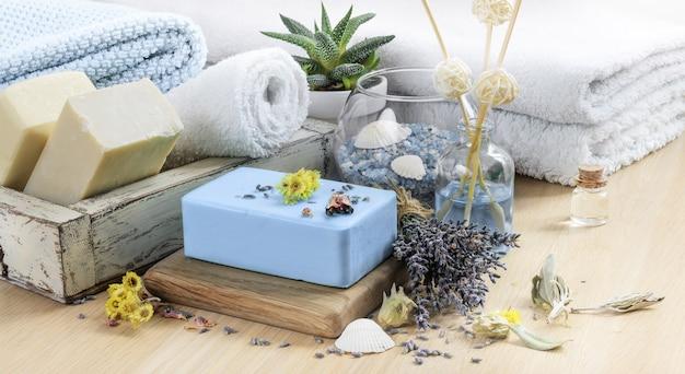 Bath spa setting met natuurlijke zeep. lavendel spa-behandeling, handdoeken, zeezout en gedroogde kruiden. aromateraphy en spa-achtergrond