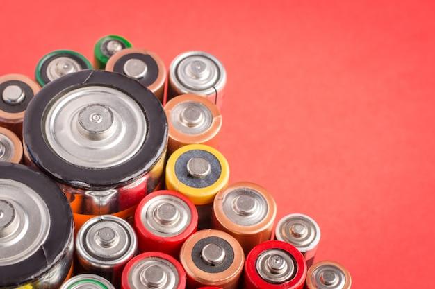 Batterijen van verschillende grootte staan verticaal