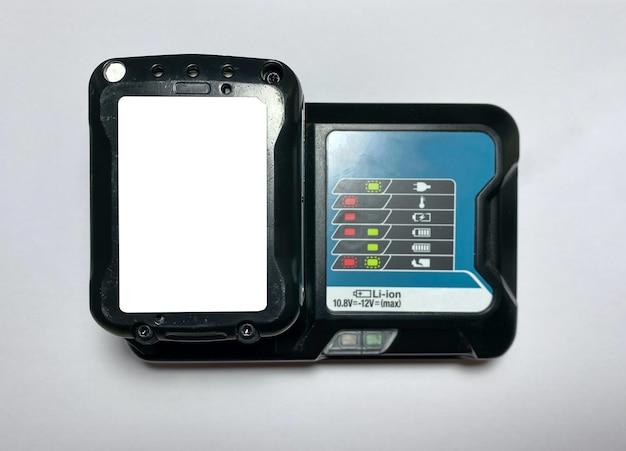 Batterijlader voor een schroevendraaier op een witte geïsoleerde achtergrond met mockup