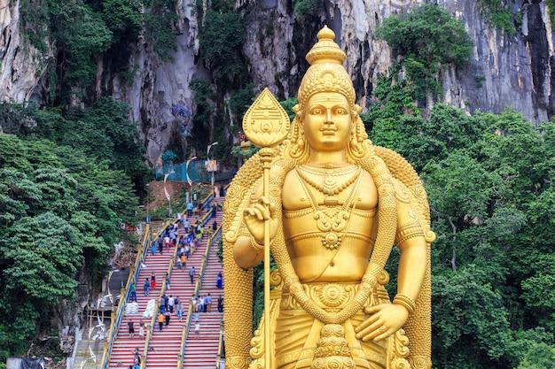 Batu caves-standbeeld en ingang in kuala lumpur, maleisië