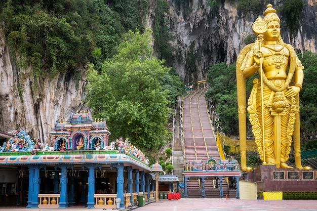 Batu caves standbeeld in de stad kuala lumpur in maleisië