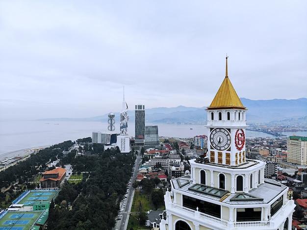 Batumi van bovenaf. luchtfoto van drone. georgische kuststad. prachtig panoramisch uitzicht op de stad. sheraton hotel en casino.
