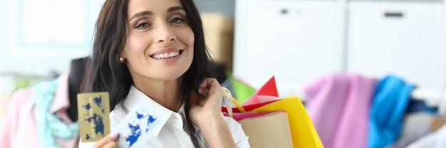 Bautyvrouw die plastic creditcard houdt