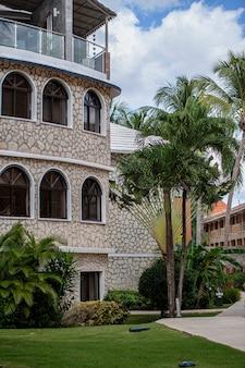 Bayahibe, dominicaanse republiek 13 december 2019: dominicaanse resortgebouw