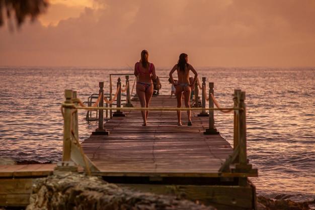 Bayahibe, dominicaanse republiek 13 december 2019: mensen op de pier bij zonsondergang