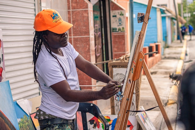 Bayahibe, dominicaanse republiek 21 januari 2020: dominicaanse schilder straatartiest in bayahibe