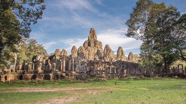Bayon-tempel. de oude stenen tempel. bayon is een van de unesco-werelderfgoederen in de anprasat bayon-tempel, angkor thom, is een populaire toeristische attractie in siem reap, cambodiagkor in cambodja