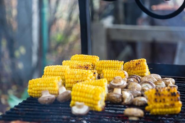 Bbq champignonpaddestoelen en mais gegrild op de grill