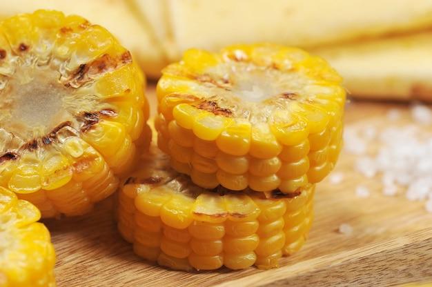Bbq gegrilde gesneden maïs