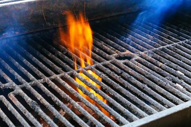 Bbq grill en gloeiende kolen. je ziet meer bbq, gegrilde gerechten, vuur