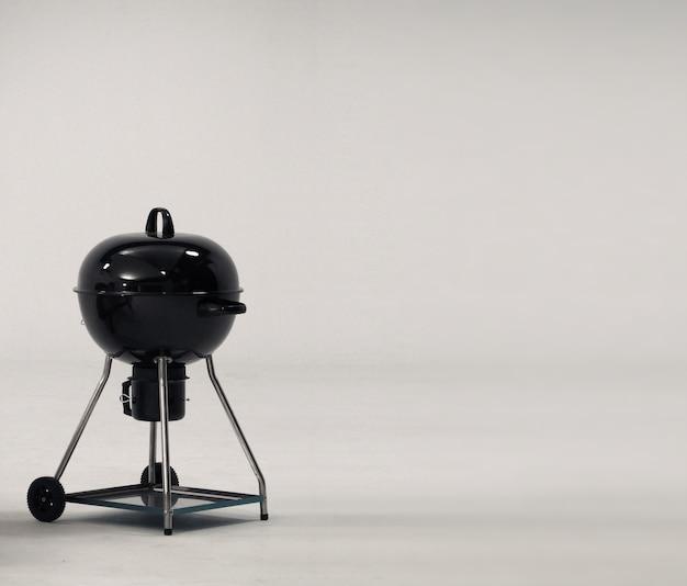 Bbq kachel die gemaakt is van zwart kleurstaal voor feest of familiepicknick en op wit