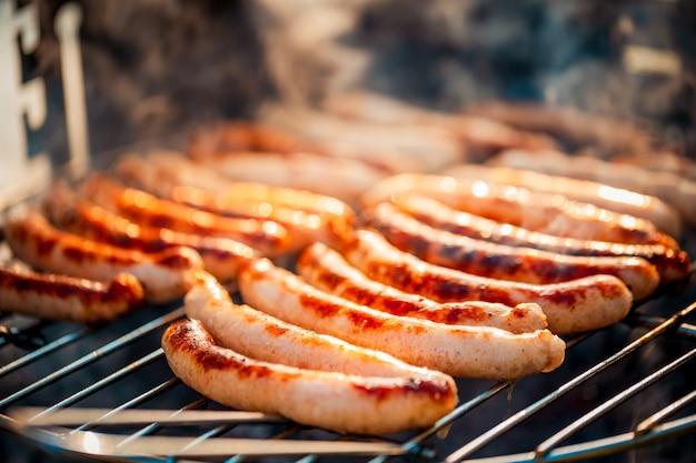 Bbq met worstjes op de grill