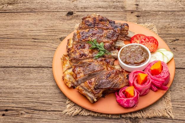 Bbq-varkensribbetjes met gefermenteerde, gebakken en verse groenten