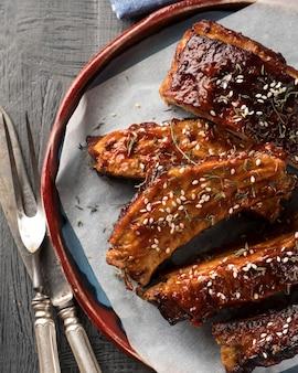 Bbq varkensribbetjes met pikante saus. lekkere barbecue varkensribbetjes. bovenaanzicht