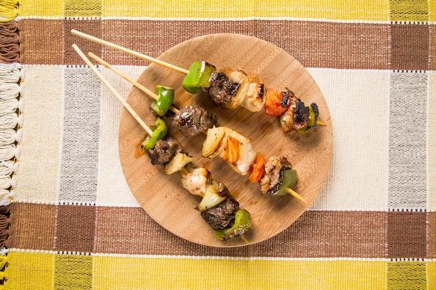 Bbq vlees op stokjes, kebabspiesjes met groentestokjes