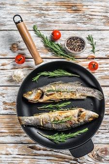 Bbq zeebaarsvis, gebakken zeebaars in een pan