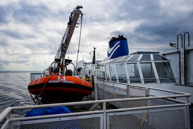 Bc-veerboot en reddingsboot bij haven, west-vancouver, brits colombia, canada