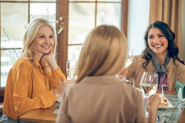 Bday-feest. drie vrouwen die verjaardag vieren en er vrolijk en gelukkig uitzien