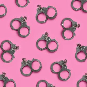 Bdsm en sex games concept. veel handboeien op roze
