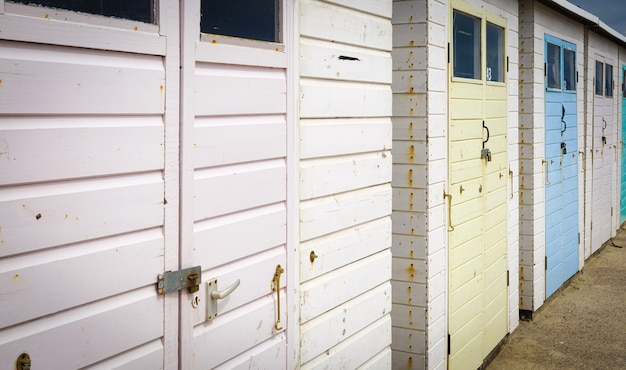 Beache house in lyme regis engeland uk pastelkleurig in de zomer Premium Foto