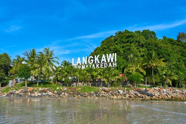 Beachline van cenang-strand pantai op het eiland van langkawi. langkawi, maleisië - 21.06.2020