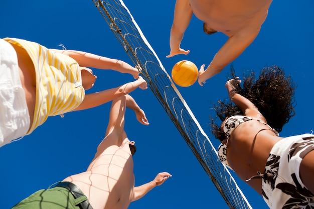 Beachvolleybal - spelers op het net
