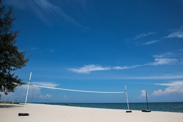 Beachvolleybalveld met blauwe lucht
